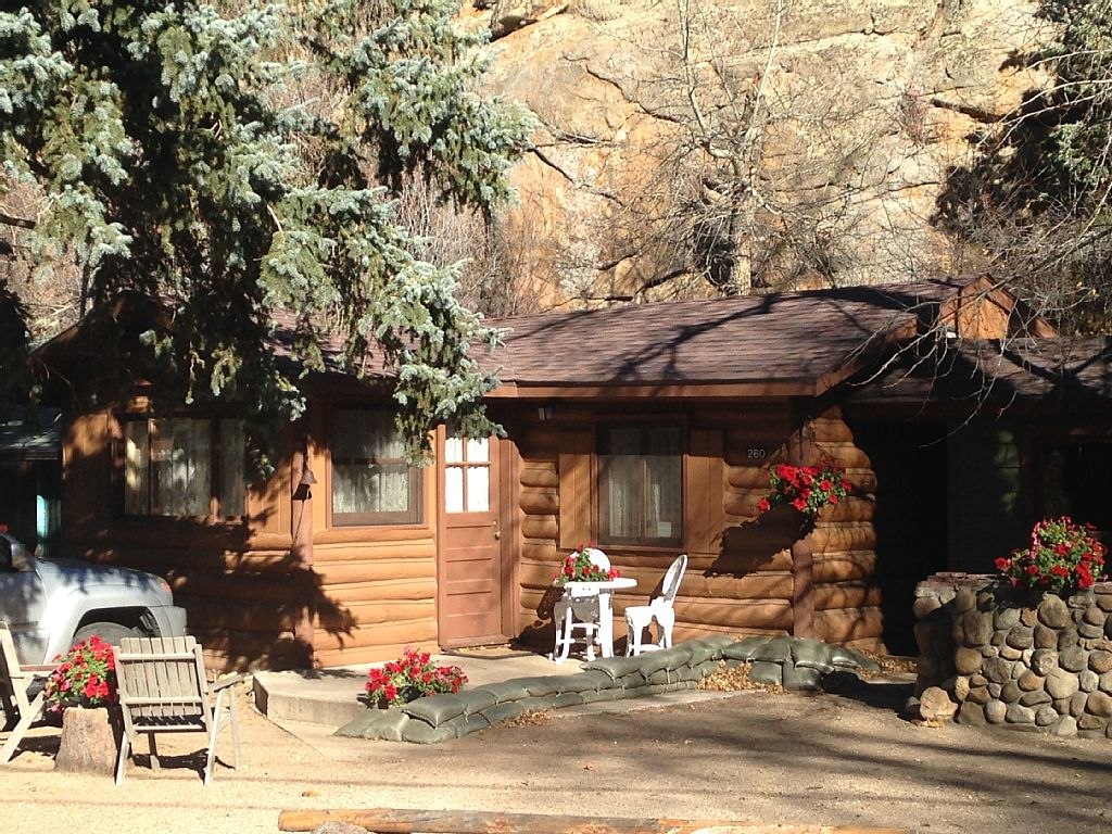rental sheriff s sized rentals with a park getaway is r cozy and in the sheriffs futon lodging cabin cottages bath house queen estes bed complete web triple cabins bedroom rustic